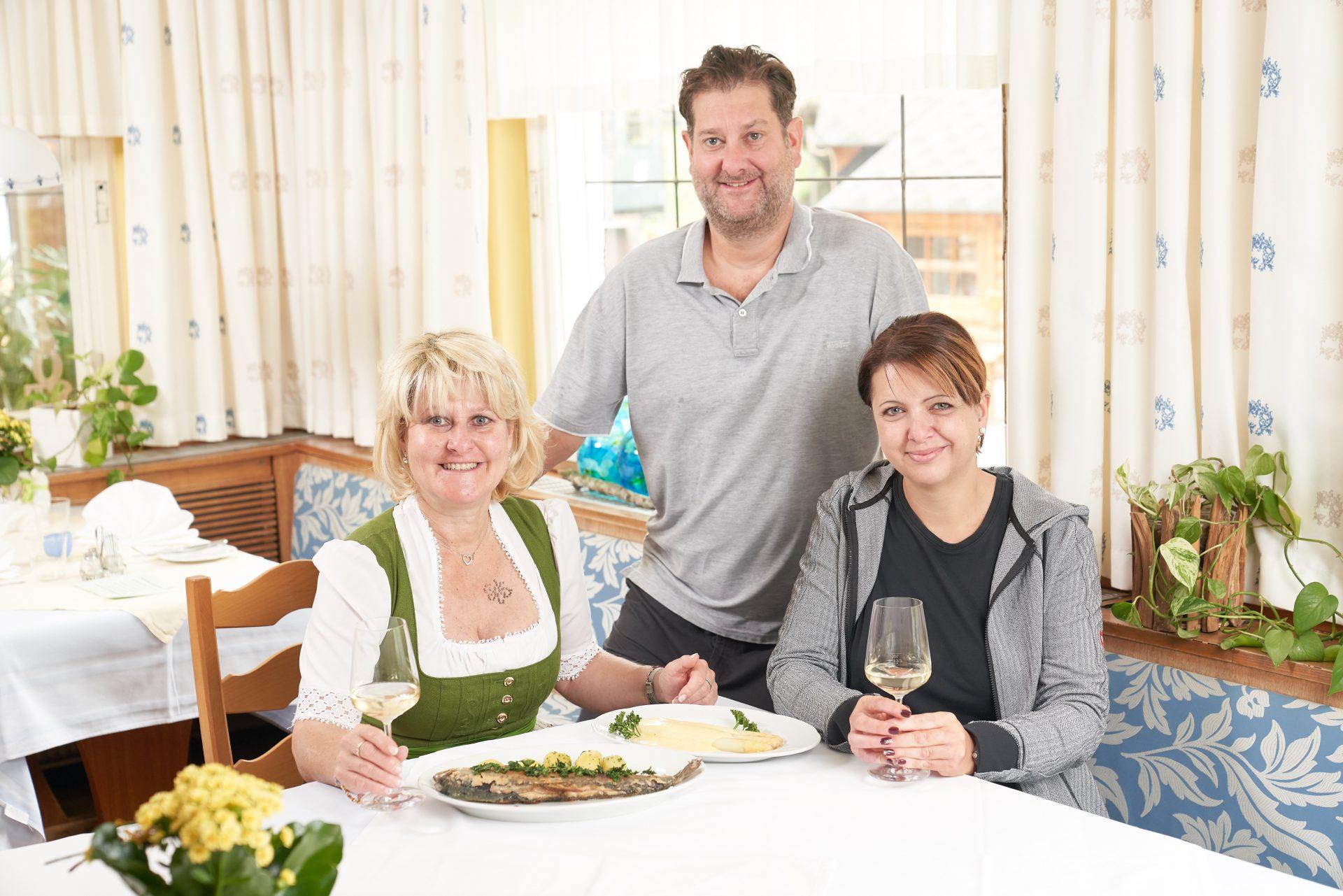 """Dauerhaft erfolgreich dank unaufgeregter Topqualität und Wohlfühlfaktor: das """"Trio Schickh"""" in Klein-Wien mit (v. l.) Evi, Christian und Eva Schickh."""