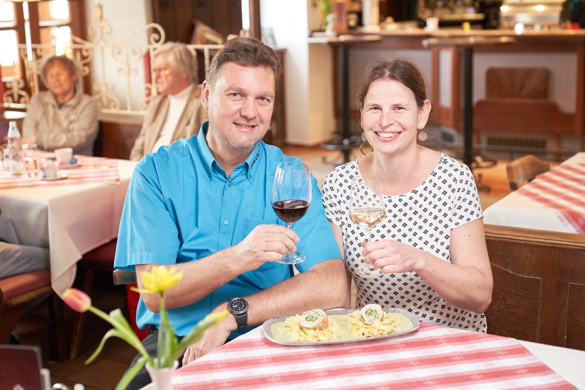 """Natascha Grubmüller und Herbert Puhm stehen für Wirtshausklassiker mit dem """"Wein-Extra""""."""